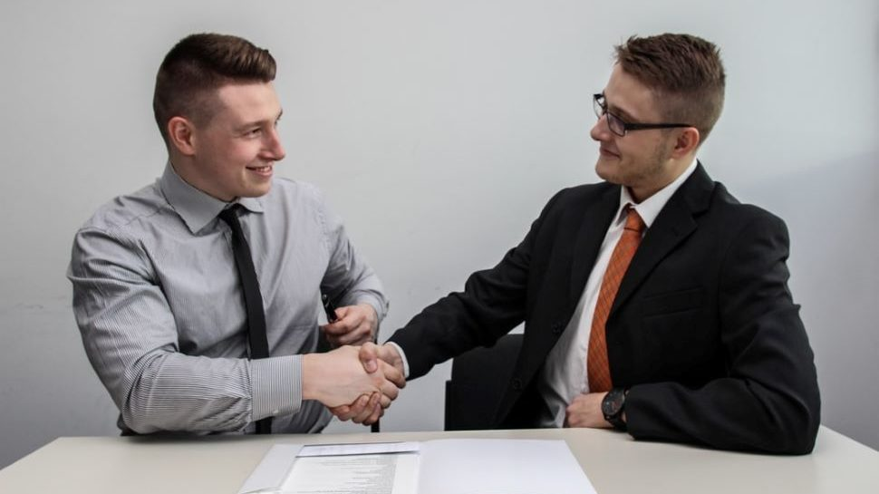 New employee shaking hand with hr rep